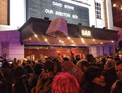 Fãs diante do tradicional cinema Ritzy, que homenageava Bowie em cartaz.