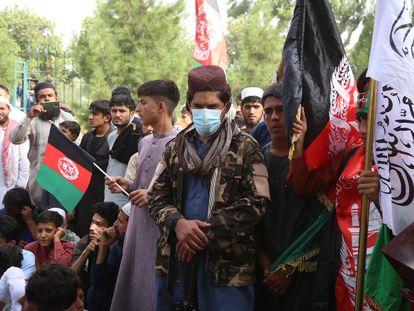 Um talibã vigia uma manifestação de afegãos por ocasião do Dia Nacional, em Jalalabad, nesta quinta-feira.