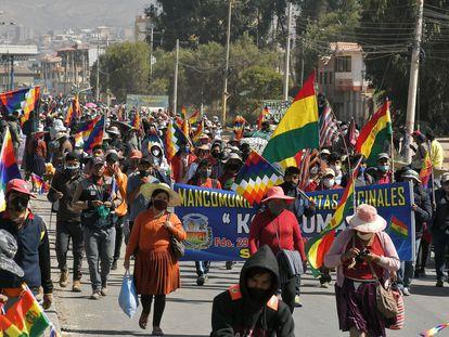 Centenas de manifestantes protestam contra o novo adiamento das eleições bolivianas, na terça-feira, em Sacaba.