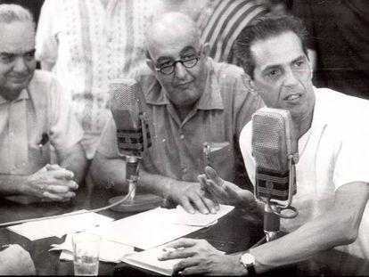 À direita, o técnico João Saldanha, da seleção brasileira, durante entrevista.