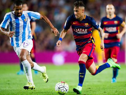 Neymar em duelo com Tissone na partida contra o Málaga.