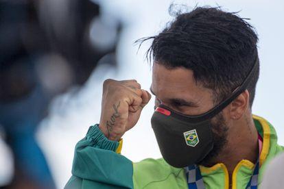 O surfista Ítalo Ferreira comemora a medalha de ouro no surfe