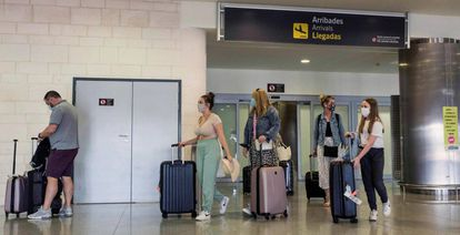 Passageiros no aeroporto de Menorca, na Espanha.