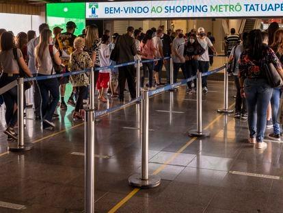Fila para entrar em um shopping na cidade de São Paulo, após o relaxamaento da quarentena na capital no último dia 11.