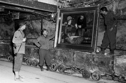 Soldados norte-americanos examinam o quadro 'Jardim de inverno' de Edouard Manet, achado na mina de sal de Altausse.