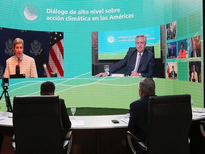 Na tela, o presidente da Argentina, Alberto Fernández, e o enviado especial para o Clima dos Estados Unidos, John Kerry.