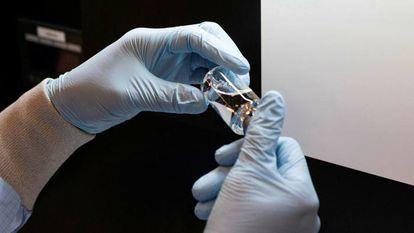 Cientista segura um remédio em um laboratório da empresa Gilead, nos Estados Unidos.