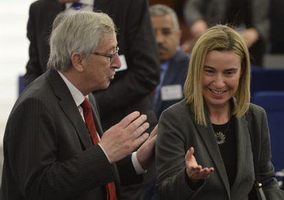 Jean-Claude Juncker fala com Federica Mogherini.