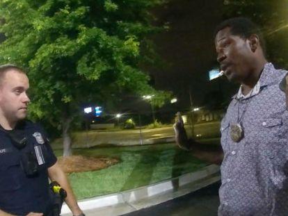 Rayshard Brooks (à direita) conversa com o oficial Garrett Rolfe no estacionamento do restaurante, em 12 de junho.