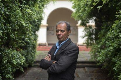 O especialista em milícias José Cláudio Alves posa na semana passada na Universidade Federal Rural do Rio de Janeiro, em Seropédica, onde leciona.