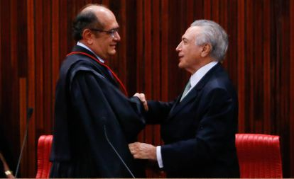 Michel Temer cumprimenta Gilmar Mendes na posse do ministro como presidente do TSE, em maio de 2016.