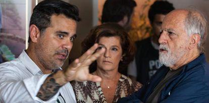 O diretor explica cena aos atores.