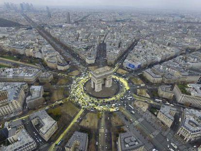 Vista aérea do Arco do Triunfo onde se tentou pintar um sol durante a realização da Conferência sobre a Mudança Climática COP21 em Paris.