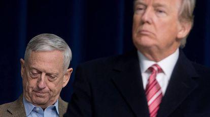 Jim Mattis, à esquerda, durante um ato público com o presidente Trump