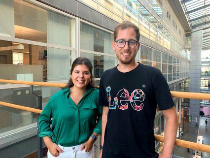 Os biólogos Olga Rivera e André Pérez Potti, no Instituto Karolinska, em Estocolmo (Suécia).