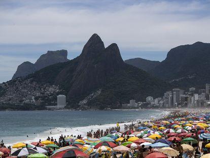 Apesar da alta de casos de coronavírus no Rio, a praia de Ipanema lotou neste domingo, 24 de janeiro.