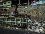 Vecinos del barrio de Petare buscan comida en un contenedor de basura en marzo de 2019 en Caracas, Venezuela. Venezuela ha entrado en una fuerte crisis de suministros, la escasez de agua, electricidad y comida han comenzado a elevar la situación a un punto critico.