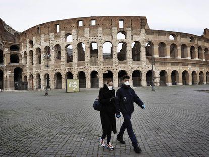Turistas caminham em frente ao coliseu, em Roma, com máscaras para proteção.   12/03/2020 ONLY FOR USE IN SPAIN