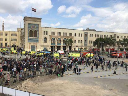 Multidão se aglomera às portas da estação ferroviária no centro do Cairo.