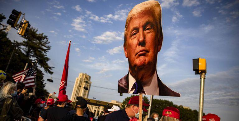 Apoiadores do presidente Donald Trump se reúnem em frente ao Centro Médico Militar Nacional Walter Reed.