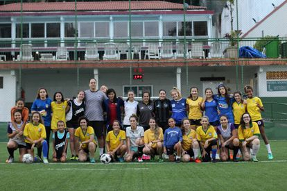 As equipes de futebol feminino do clube Gurilândia, no Rio.
