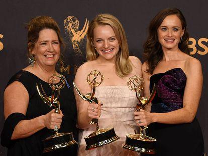 "Ann Dowd, Elisabeth Moss e Alexis Blede da série ""The Handmaid's Tale""."