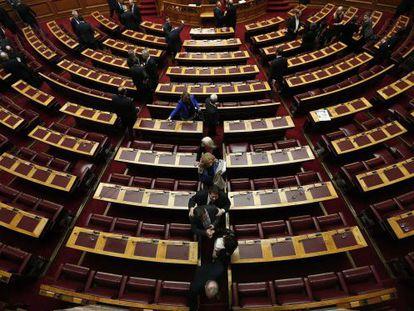 Deputados gregos saem do Parlamento após a votação.