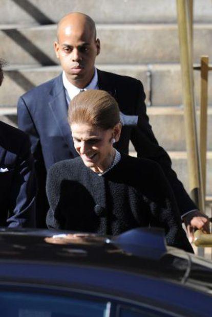 Moisés de la Renta, com a viúva do estilista no funeral.
