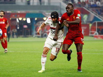 Rafinha disputa bola com Mané na final do Mundial.