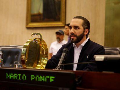 O presidente de El Salvador, Nayib Bukele, depois de invadir a Assembleia Legislativa protegido por militares.