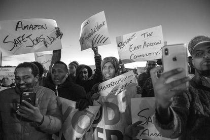 Trabalhadores somalis da Amazon participam de um protesto em Minneapolis, em 2018.
