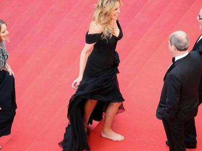 Julia Roberts, seguida por Jodie Foster, tira o sapato no cinema Palais.