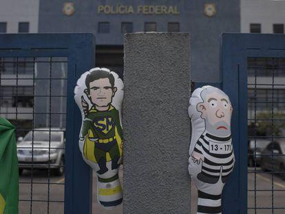 Bonecos infláveis alusivos ao juiz Sérgio Moro e ao ex-presidente Lula em frente à sede da Polícia Federal em Curitiba.
