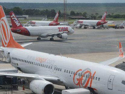 Aviões na pista do aeroporto internacional de Brasília
