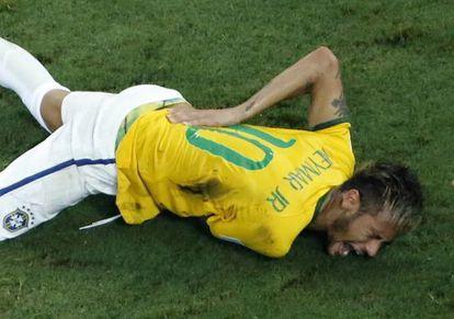 Neymar se contorce no gramado.