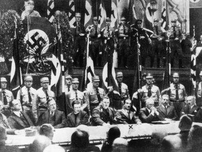 Martin Heidegger, identificado com um x, em um ato de propaganda nazista em novembro de 1933.