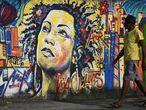 Un hombre frente a un mural de Marielle Franco, en Río de Janeiro.
