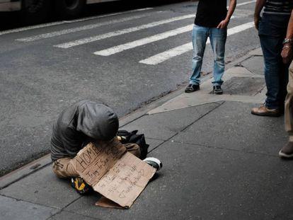 Uma pessoa sem-teto nas ruas de Nova York.