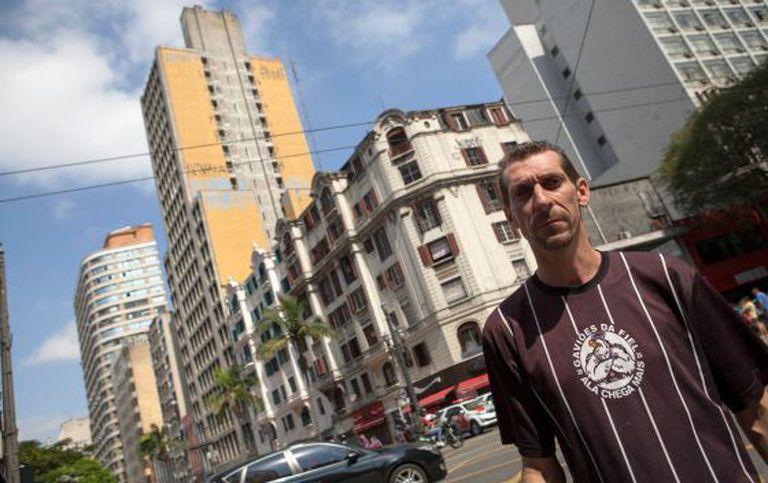 José Vieira, um dos desalojados do edifício amarelo, ao fundo.