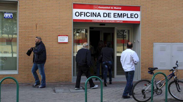 Um grupo de pessoas acedem a um escritório do Inem.