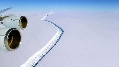 Vista aérea da rachadura na barreira de gelo Larsen C, na Antártida.