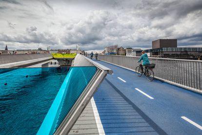 A ponte para ciclistas e pedestres de Inderhavnsbroen, que une Nyhavn com Christianshavn, em Copenhague