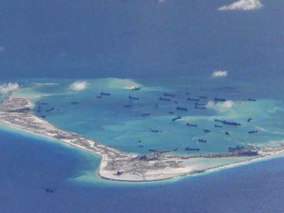 Uma das ilhas artificiais criadas pela China recentemente. (REUTERS)