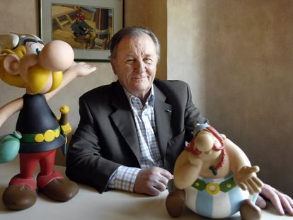 Albert Uderzo, com bonecos de Asterix e Obelix, em 2007.