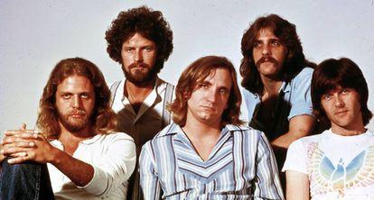 De esquerda a direita: Dom Felder, Dom Henley, Joe Walsh, Glenn Frey e Randy Meisner.