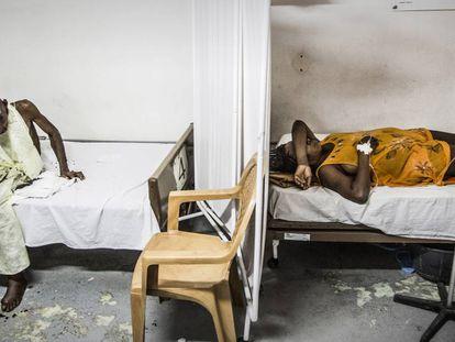 Pacientes descansam no centro de urgências de MSF no bairro de Martissant, em Porto Príncipe, capital do Haiti
