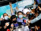 El electo gobernador por la región metropolitana, Claudio Orrego (centro), celebra el triunfo en Santiago de Chile.