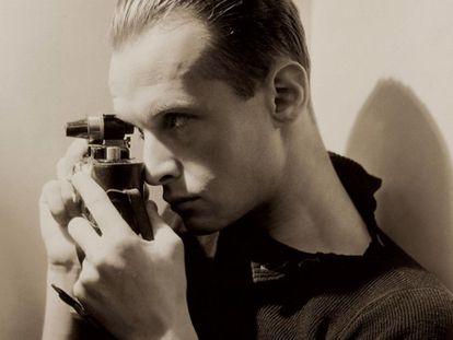 Retrato de Henri Cartier-Bresson assinado por George Hoyningen-Huene na foto do cartaz da exposição do Pompidou. A foto foitirada em Nova York em 1935 e pertence ao MoMa.