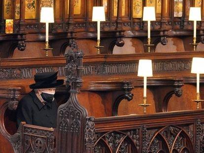 A rainha Elizabeth II, na Capela de São Jorge, durante o funeral do Duque de Edimburgo, neste sábado.