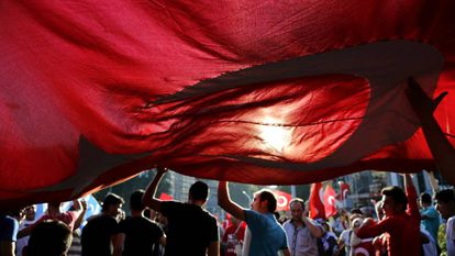 Cidadãos turcos protestam contra o golpe de Estado em Ancara.